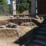 układanie pierwszej warstwy kamieni